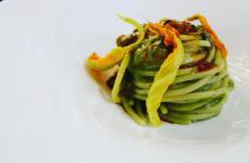 Spaghettone Lucano con polpa di riccio, crema caprina e fiori di zucca: il piatto dell'estate di Maria Lucia VizzanoeSavino Di Noia