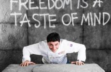 Andrea Aprea nello scatto Brambilla/Serrani di Identità 2017. Il cuoco napoletano terrà lezione sabato 3 marzo in Sala Blu 1, ore 11.30, all'interno di Identità di Formaggio