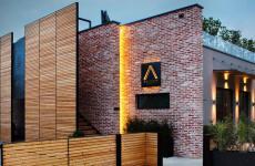 La struttura elegante e contemporeanea dell'Osteria Arborina, guidata da Andrea Ribaldone a La Morra (Cuneo)