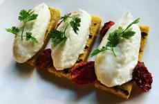 Baccalà mantecato, polenta e pomodorini, un ottimo assaggio contenuto nel menu delivery di[bu:r]a casa, concepito da Eugenio Boer e Carlotta Perilli