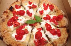 La pizza del mese da Berberè - Alce Nero all'Expo, pizza a spicchi con sopra fiordilatte, burrata, pomodorini e zest di limoni