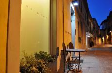 L'ingresso del locale, nel centro di Alba
