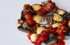 Sgombro marinato, zabaione salato al marsala, peperone arrosto e croccante ai cereali: il piatto dell'estate di Carmine Chiarelli