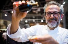 Il sommo chef italiano, Massimo Bottura, è autore della prefazione di un libro che racconta un prodotto modenese straordinario, unico e che gli è carissimo, l'aceto balsamico - nelle versioni tradizionazle o Igp. Il Balsamico – L'Oro Nero di Modena si intitola il testo, edito da Artioli Editori 1899, 29,75 euro acquistandolo qui. Bottura produce anche un suo aceto balsamico, etichetta Villa Manodori, acquistabile qui