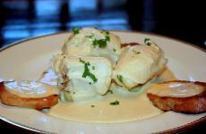 Un piatto di bourride, zuppa di pesce tipica della Provenza e della Linguadoca. Nobilitata dalla rana pescastrice, o coda di rospo che dir si voglia, non va confusa con la bouillabaisse e nemmeno con la buridda ligure