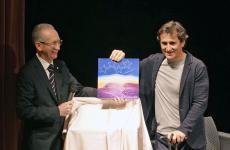 Il presidente del Consorzio, Patrizio Cencioni, svela la mattonella realizzata dal campione Alex Zanardi (foto: Consorzio Brunello di Montalcino)