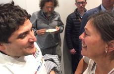 A sinistra, Mauro Colagreco, chef del Mirazur di Mentone, dialoga con la connazionale Mariana Müllerdel ristorante Cassis di Bariloche. Lui ha tenuto lezione sulla pasta; lei sui suoi straordinari aceti (la foto è del giornalistaPietro Sorba, anche lui argentino)