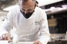 Francesco Apreda al lavoro nella cucina di Idylio, fotografato da Carlo De Gori
