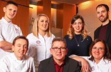 La squadra di Casa Vicina, ristorante con stella Michelin appena trasferito al Greenpea di Torino, il primo retail park al mondo di Oscar Farinetti. L'insegna è aperta da ieri