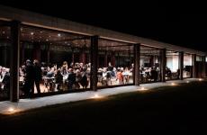 Ha chiuso a tempo indeterminato - certifica la Michelin, che gli ha tolto l'ultima stella - il Combal.zero al Castello di Rivoli, luogo mitico per ogni buongustaio, dove il genio di Davide Scabin ha cambiato la cucina italiana per un ventennio abbondante. Aveva aperto in quella sede nel 2002, ma già nel 1994 lo chef, insieme a Milena Pozzi, aveva creato il suo primo il ristorante, Al Combal, ad Almese, nella bassa valle di Susa
