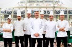Il nuovo chef Vincenzo Martella con la brigata dell'Or - Cucina d'arte, al castello di Grintorto, nel Piacentino. Tutte le foto sono di Fabrizio Pato Donati