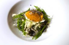 La Chiajozza, uno dei piatti signature che lo chef Marco Ambrosino, del 28 Posti di Milano, ha dedicato alla sua isola appena nominata Capitale italiana della cultura 2022