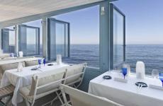 Il panorama sulle onde che si gode da Il Cladestino di Moreno Cedroni, uno dei magnifici 16 ristoranti marchigiani
