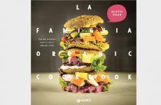 Lacopertina de La Famiglia Organic Cookbook, scritto dal team di Simone Salviniper tutti coloro che amano mangiare e sanno guardare al futuro con un pizzico di sana follia (Giunti editore, 144 pagine, 20 ore, acquista online)