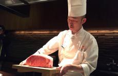 Lo chef del ristorante Kobe Plaisir di Kobe regge sul vassoio due magnifiche entrec�te di manzo. La carne di Kobe è tra i simboli gastronomici più noti al mondo della capitale della prefettura di Hyogo, 560 chilometri a sud-ovest di Tokyo. Una terra di grandi prodotti, dal sakè ai fagioli neri di soia, dal pepe di Asakuro alle cipolle di Awaji. Li abbiamo scoperti in un viaggio di cinque giorni, organizzato da Jetro Kobe e Jetro Italia(foto e fotogalleryZanatta)