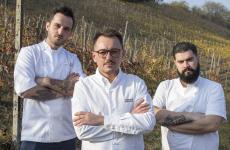 Al centro lo chef Federico Sgorbini conMarsilio Ramo, a sinistra, eMauro Enoch. A loro è affidata la cucina del Villa Naj, nuovo indirizzo gourmet a Stradella, provincia di Pavia