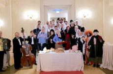Cuochi e teatranti protagonisti martedì scorso della cena al Teatro Galli di Rimini, per festeggiare il centenario della nascita di Federico Fellini (le foto sono di Mauro Ugolini)