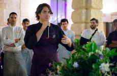 Matteo Rizzo alla presentazione del progetto, dietro di luialcuni chef che vi prendono parte (foto Aromicreativi)