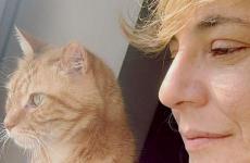 Antonia Klugmann con Paco, uno dei suoi quattro gatti. È periodo di forzata inattività per la chef triestina. Che ci racconta come vede il futuro