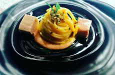 Spaghetti aglio, olio e peperoncino con palamitain carpione, battuto di pan grattato, pinoli, prezzemolo e cipolla con emulsione ditonno: il piatto dell'estate di Ernesto Iaccarino