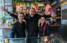 Al centro Luca Marcellin, originario di Pinerolo, patron diDrinc – Cocktail & ConversationeDrinc Different, cocktail bar a poche centinaia dimetri di distanza tra loro. Con lui in foto, Saverio Casella e Sara Cassano