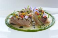 Sgombro, caprino, peperoni e citronella: la ricetta estiva di Simone Lolli