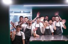 Yoji Tokuyoshi e brigata. Il ristorante del giapponese ex sous chef di Massimo Bottura riapre a Milano, rinnovato, il 10 febbraio