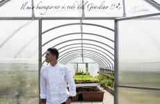 Michelangelo Mammoliti davanti alla serra che, con l'orto e il giardino, innerva di idee e evocazioni la sua cucina, a La Madernassa di Guarene (Cuneo)