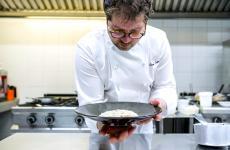 Diego Papa al lavoro. È lo chef-patron - col fratello Giambattista -del ristorante Gaudio a Barbariga, nella Bassa Bresciana. Le foto seguenti sono di Nicolò Brunelli