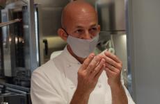 Riccardo Camanini al pass di Identità Golose Milano, impegnato a raccontare i suoi piatti alle brigate di sala e cucina