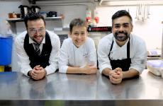 Marina Ravarotto al pass del ChiaroScurodi Cagliari conAndrea Xaxa e Angelo Bardato, suoi collaboratori rispettivamente di sala e cucina