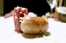 Salsiccia di branzino in budello di montone con rafano e torsolo di mela fermentato:uno dei piatti a base di salumi di mare ideati da Roberto Franzin, chef delTarabusino delle Oche Selvatichea Grado (Gorizia)