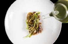 Tortello di asparagi, animelle e liquirizia: la ricetta primaverile di Vincenzo Martella