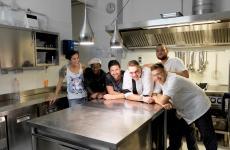 La brigata 5+1 del Fradis Minoris, laguna di Nora a Pula, in Sardegna. Da sinistra Laura Pinna (primi piatti), Lamin Njie (lavapiatti), Patricio Silva (sous chef), Simone Lolli (chef), Emanuele Scherillo (antipasti) e Mattia Ricciuti (pastry chef). Foto Tanio Liotta