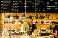 Il bancone diAmor, il locale del Gruppo Alajmo e Philippe Starck che inaugura al pubblico mercoledì 10 aprile in corso Como 10 a Milano, telefono +390247703699 (foto del servizio di Lido Vannucchi)