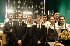 Yoji Tokuyoshi con la sua brigata e lo staff di sala, nell'immagine di Tanio Liotta. Lo chef giapponese sta portando avanti un'originale commistione tra cucina nipponica e italiana, lui la chiama cucina contaminata
