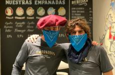 Simon Press e Matias Perdomo in divisa da Empanadas del Flaco: non si tratta di semplici bandanas, ma di vere mascherine modificate per l'uso nel locale