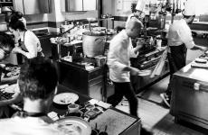 Al centro della scena, Riccardo Camanini, classe 1973, chef e co-patron del ristorante Lido 84 a Gardone Riviera (Brescia), una stella Michelin.Martedì 7 maggio sarà co-autore di un'attesissimacena a Identità Golose Milano con Josean Alija(foto ristorantelido84.com)