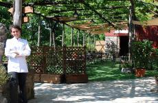 Faby Scarica sorridente davanti al giardino di Villa Chiara a Seiano di Vico Equense (Napoli)