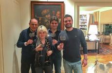 Bruno Vespa con la moglie Augusta Iannini e i figli Alessandroe Federico. Tutti con un calice di vino in mano, grande passione di famiglia