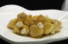 Lumaconi, cocco, mandorla acida e polvere di cozze alla brace: il piatto dell'estate di Valentina Rizzo