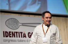 Ferran Adrià, nato nel maggio 1962 aL'Hospitalet de Llobregat, ritratto sul palco della seconda edizione di Identità Golose, a Milano nel gennaio 2006