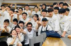 Fabrizio Ferrari, chef del Porticciolo 84 di Lecco, una stella Michelin. Da qualche mese, è nel comitato direttivo dell'Institut Paul Bocuse dell'università di Woosong, a Seul, Corea. Nella foto, i suoi alunno coreani