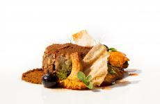 Filetto di cervo in crosta di erbe, polveri di sottobosco, mirtilli al gin, miele di abete: la ricetta dell'autunno di Giuseppe Francica