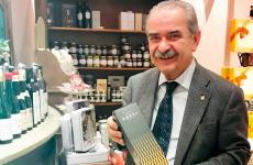 Fiorenzo Detti, figura storica del berebene italiano, con una bottiglia del suo whiskyLedaig 2008 Detti e Spiriti Collection