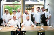 Vito Mancini(seduto a sinistra) ed Enzo Florio(in piedi al centro) con lo staff di Identità Golose Milano, nel maggio scorso. I due cuochidel ristorante TuccinodiPolignano a Mare (Bari) tornano per 4 cene da mercoledì 15 a sabato 18 gennaio. Menu a 75 euro, vini esclusi