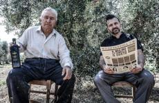 Antonio Polzella con suo padre Giovanni nell'oliveto di 2mila piante - confinante con i campi di grano - dal quale ricavano il loro olio HinØial