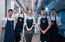 Il nuovo team di Garage Italia Milano, coordinato da Andrea Ribaldone:da sinistra Marco Beneduce (cuoco junior),Simone Maurelli (chef),Sabrina Foggia (cuoca junior), Charles Pearce (chef),Simone Reani (cuoco)