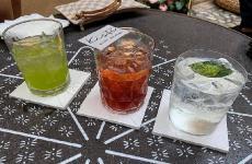 Tre dei cocktail 100 Sicilia che rappresentano la nuova proposta di miscelazione voluta dallo chef Pietro D'Agostino nel suo locale più easy, il Kistè di Taormina. La foto è diValeria Zingale