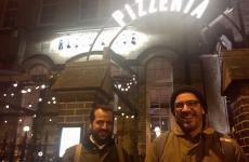 L'ingresso diRadio Aliceal16 Hoxton Square, Londra, quartiere Shoreditch. Inaugurata in modo soft il 5 dicembre scorso,è la sesta insegna aperta daBerberèin7 anni, dopo quelle diCastel Maggiore, Bologna, Firenze, Torino e Milano. Nella foto, Matteo e Salvatore Aloe